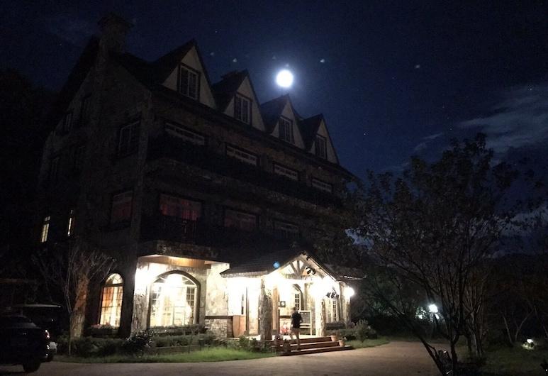 清境日初雲來, 仁愛鄉, 酒店入口 - 夜景