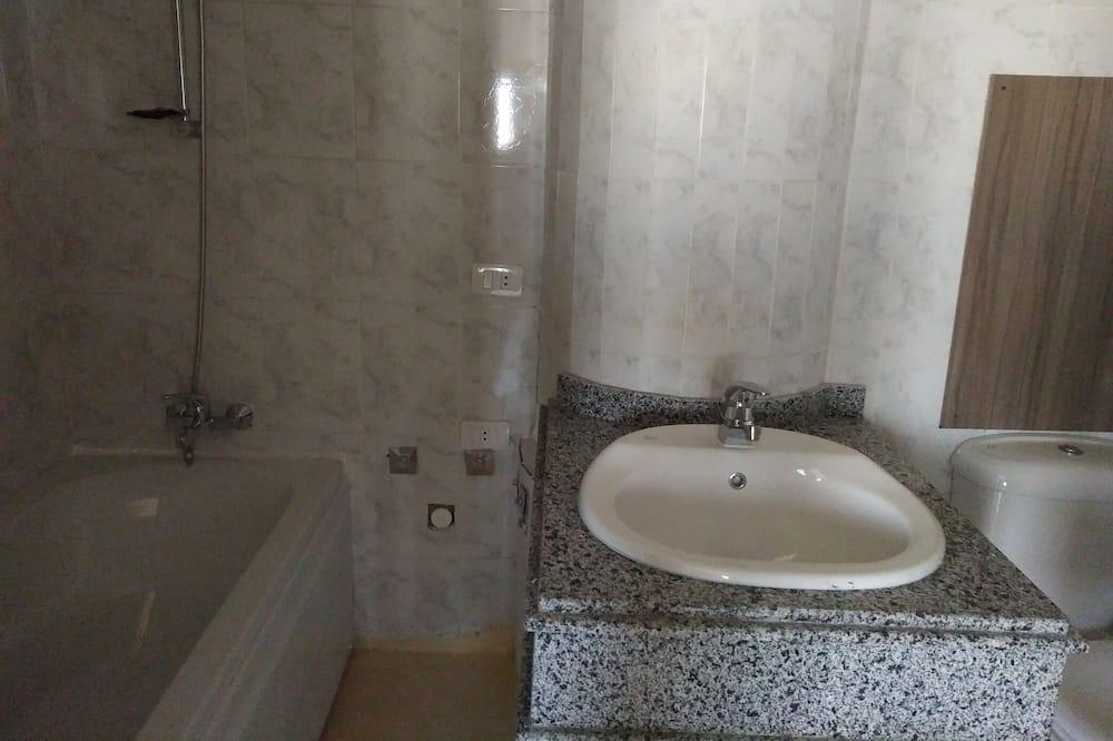 Phòng 4 dành cho gia đình, Phù hợp cho người khuyết tật, Quang cảnh vườn - Phòng tắm