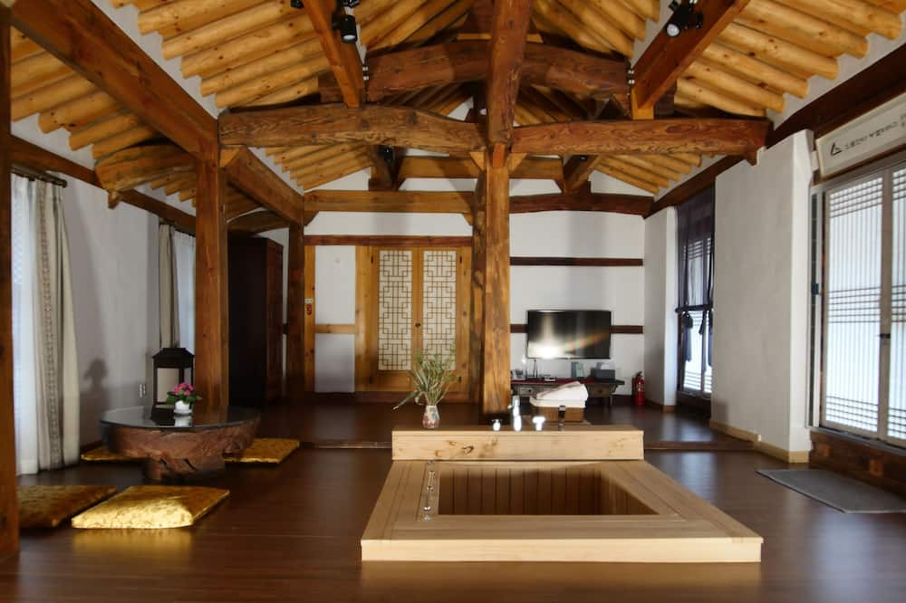 House of Goh San - Traditional Suite, 2 Bedrooms - Living Room
