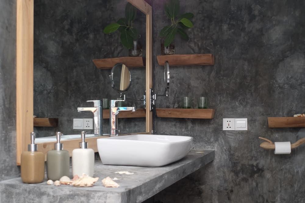 Deluxe Triple Room, Private Bathroom, Ground Floor - Bathroom