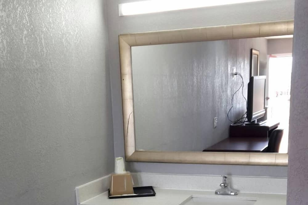 Standard Δωμάτιο, 2 Queen Κρεβάτια, Καπνιστών - Νιπτήρας μπάνιου