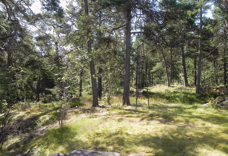 2 Bedroom Accommodation in Saltsjö-boo, سالتسجو بو, منظر من غرفة الضيوف