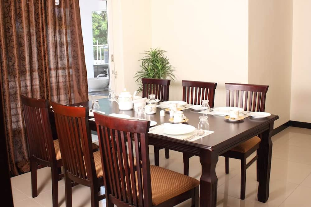 Basic szoba, 1 king (extra méretű) franciaágy, kilátással a városra - Étkezés a szobában