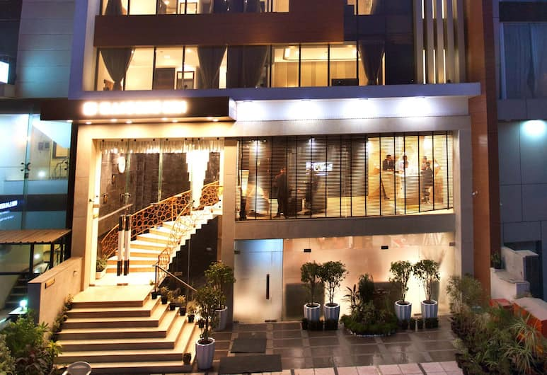 Kaisons inn, Yeni Delhi, Otelin Önü