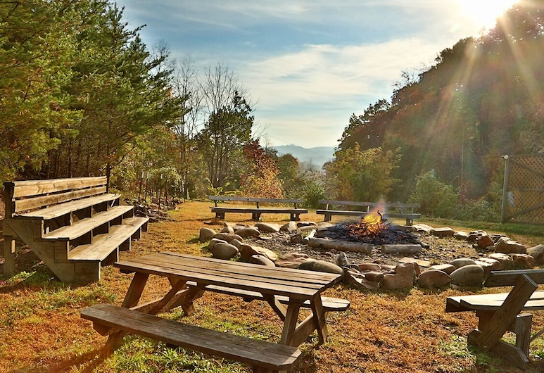 Cozy Retreat in the Woods! Close to the Parkway and Shows!, Pigeon Forge, Property Grounds