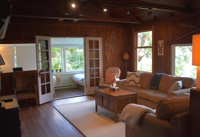 Una pequeña pieza de Paradise-Waterfront Cottage, Gibsons, Sala de estar