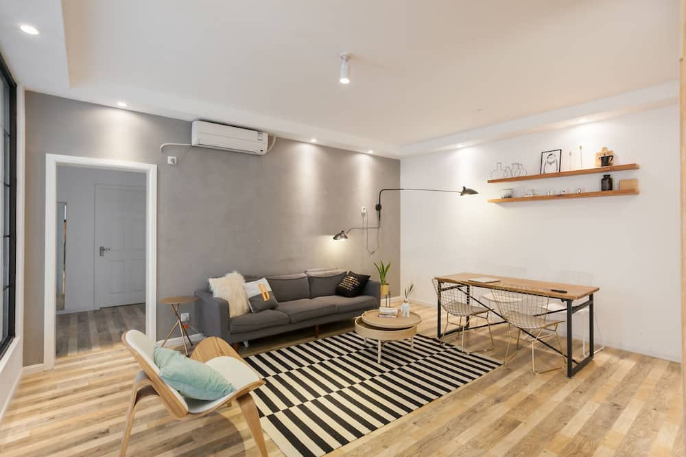 Deluxe 4-Bedroom apartment - Living Room
