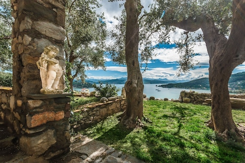 大きな庭園と思い出に残る海の景色を望むヴィラカステロポルトヴェーネレ/