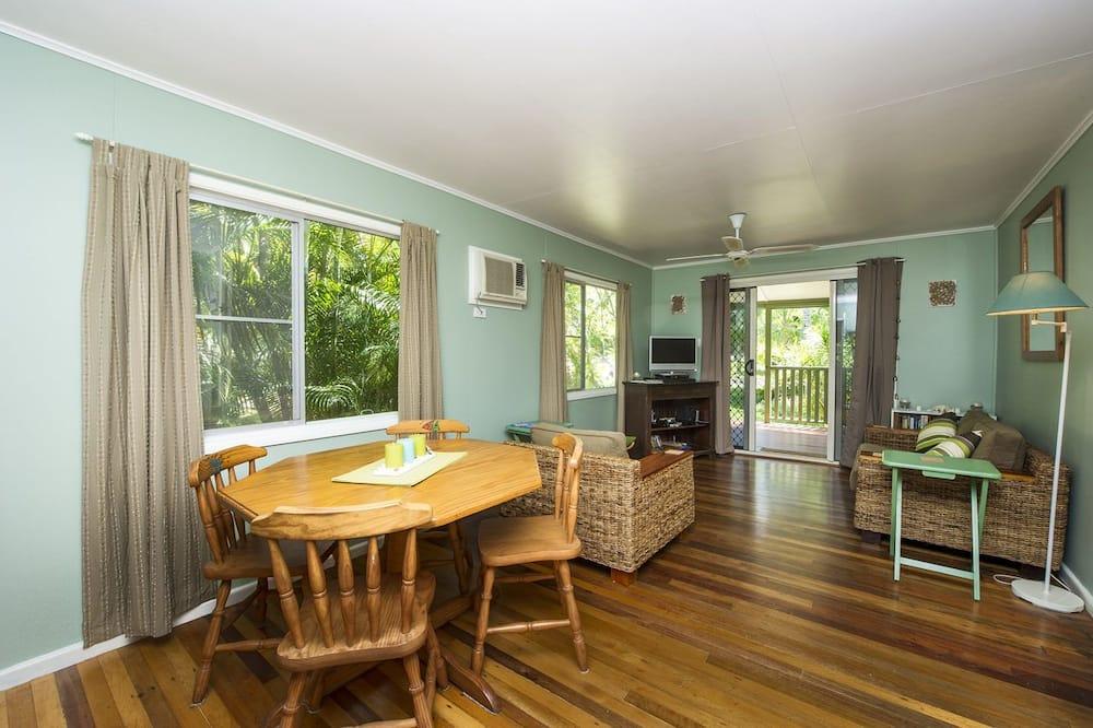 Family Ev, 2 Yatak Odası, Kişiye Özel Havuzlu, Bahçe Manzaralı - Oturma Alanı