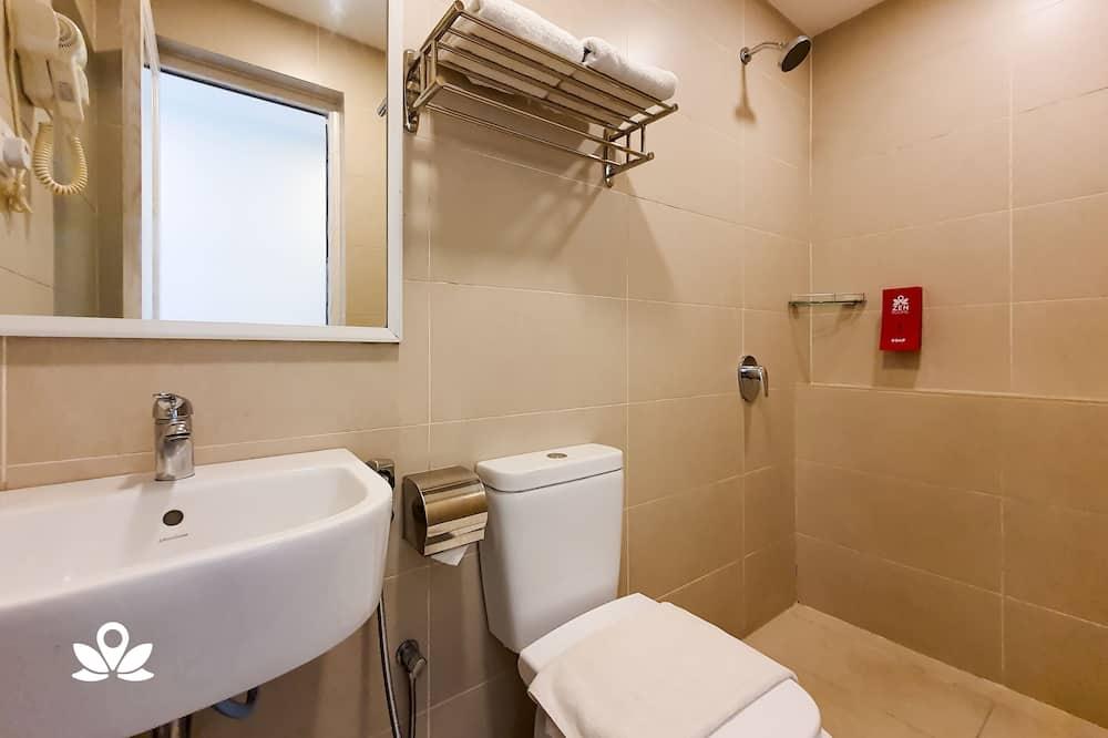 Standard Queen Room with Window - Bathroom