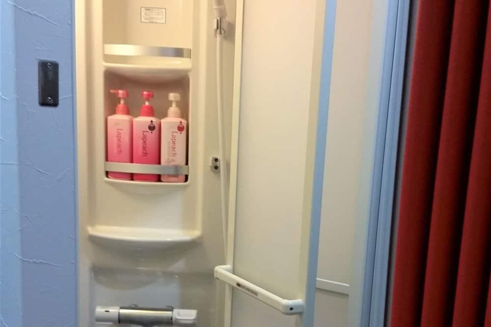 Zajednička spavaonica, mješovita spavaonica - Tuš u kupaonici