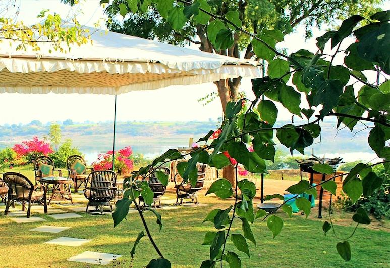Bhadrawati Safari Ranthambore Resort, Khandar, Jardín