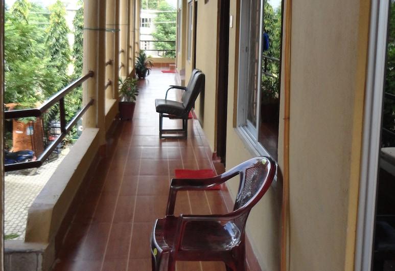 Hotel National Park, Sauraha, Chambre Triple Supérieure, plusieurs lits, vue jardin, Balcon