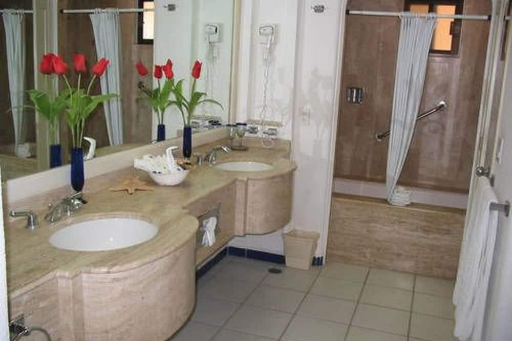 Panoramic Studio Suite, 1 Bedroom - Bathroom