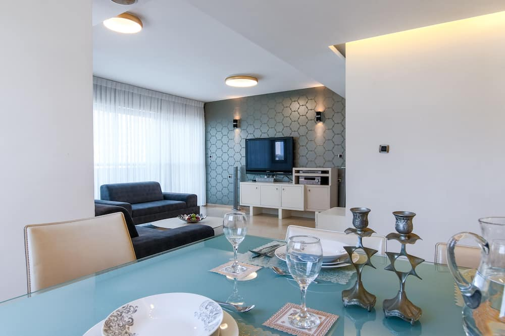 Family Apartment, 3 Bedrooms, Balcony - In-Room Dining
