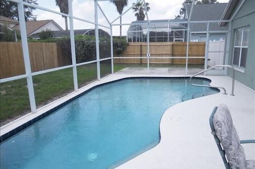プールで太陽を楽しむ!