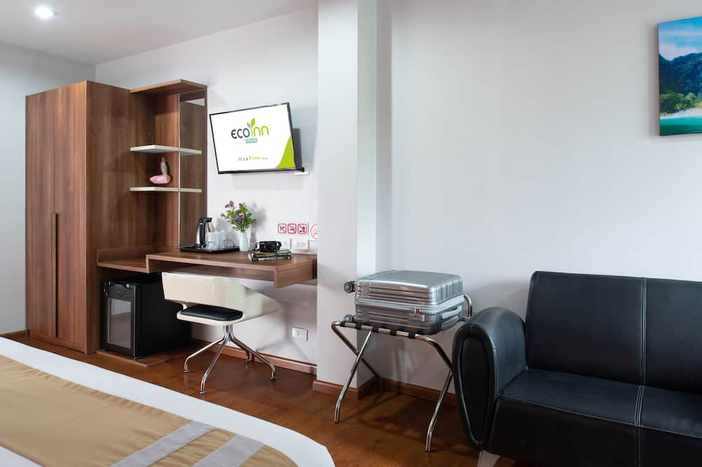 Premier Deluxe, 1 King Bed, Non Smoking, City View - Living Area
