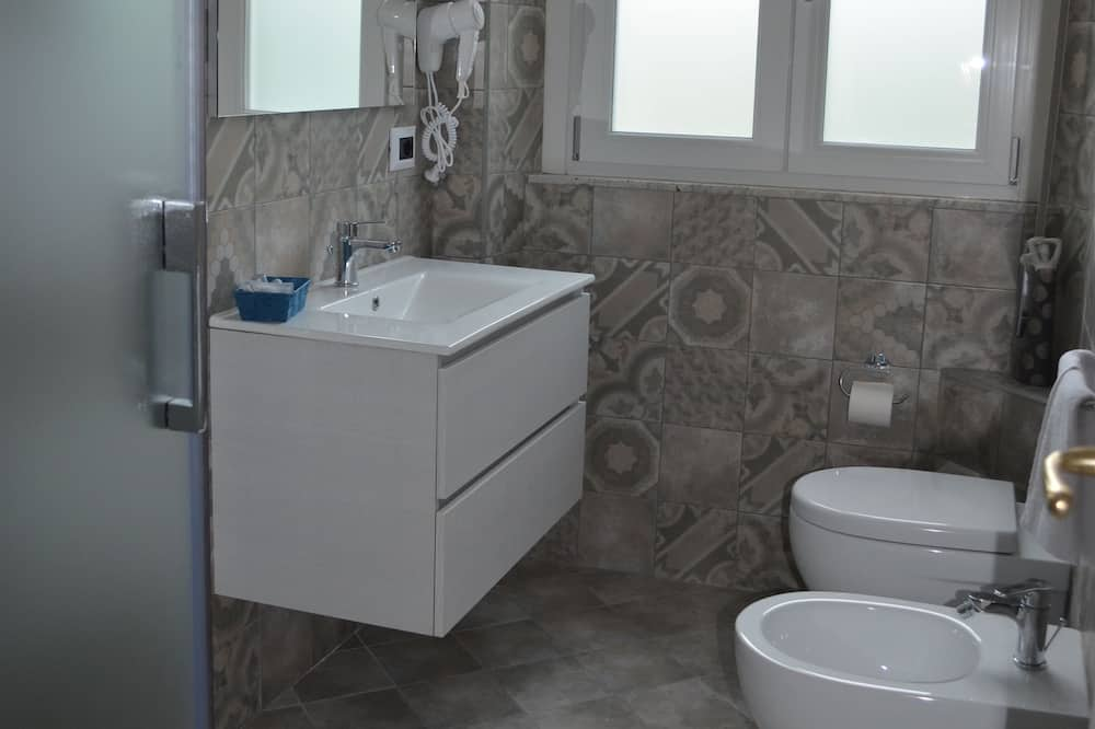 Liukso klasės dvivietis kambarys (2 viengulės lovos), iš miegamojo pasiekiamas vonios kambarys - Vonios kambarys
