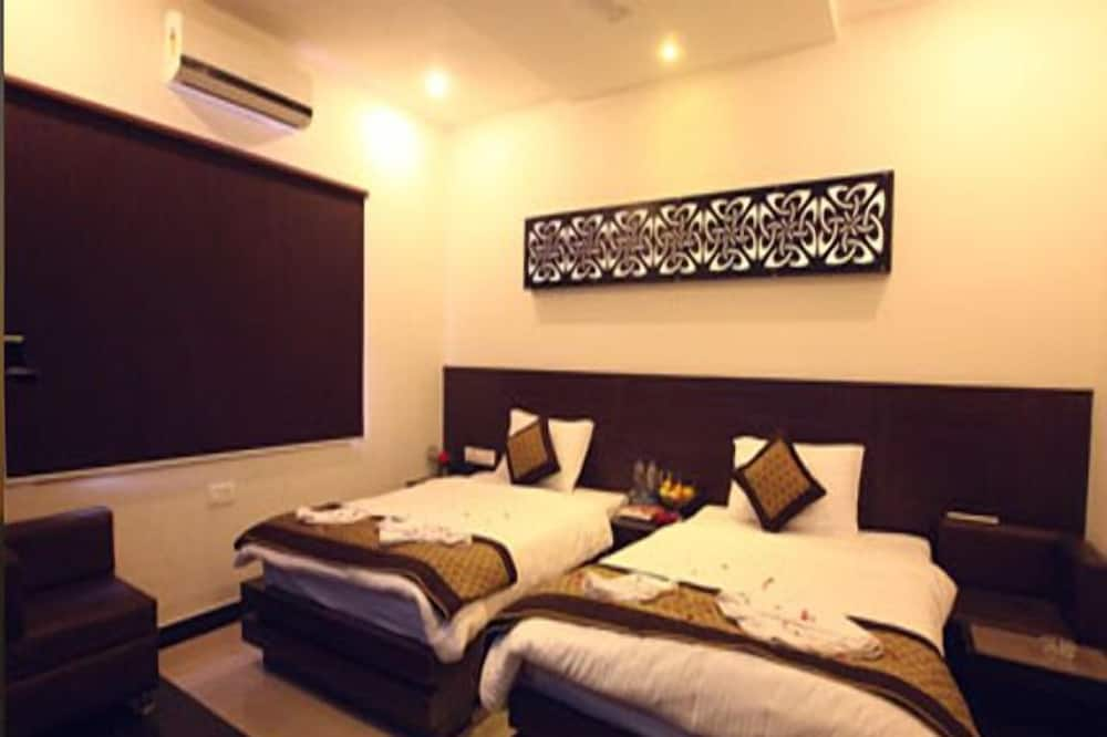 Premium Double or Twin Room, Smoking, City View - Living Area