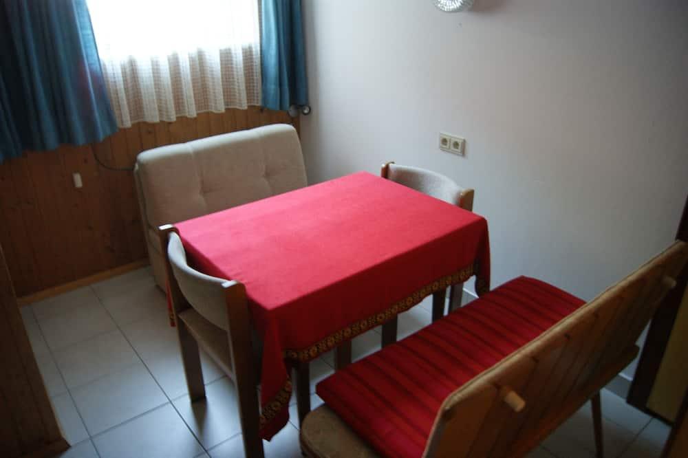 Eenvoudige tweepersoonskamer (Basement) - Eetruimte in kamer