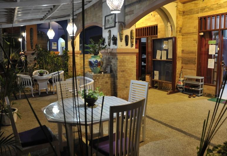 On The Way Hostel & Lounge, Senggigi, Ingresso hotel