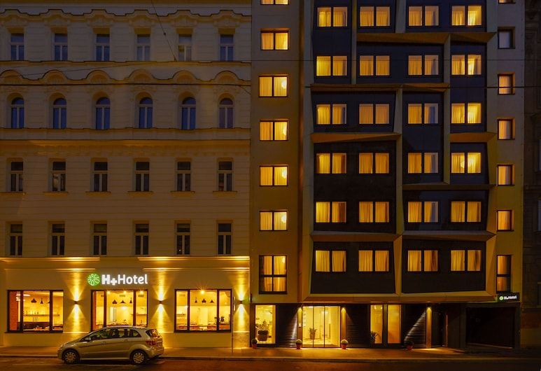 H+ Hotel Wien, Viena, Fachada do hotel (à noite)