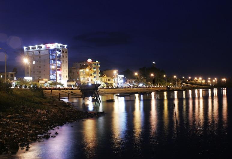 Luxe Hotel, Dong Hoi, Hotellin julkisivu illalla/yöllä