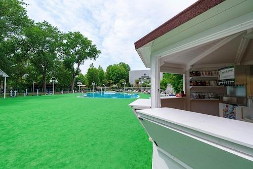 繽紛綠色村莊切塞納蒂科家庭飯店/
