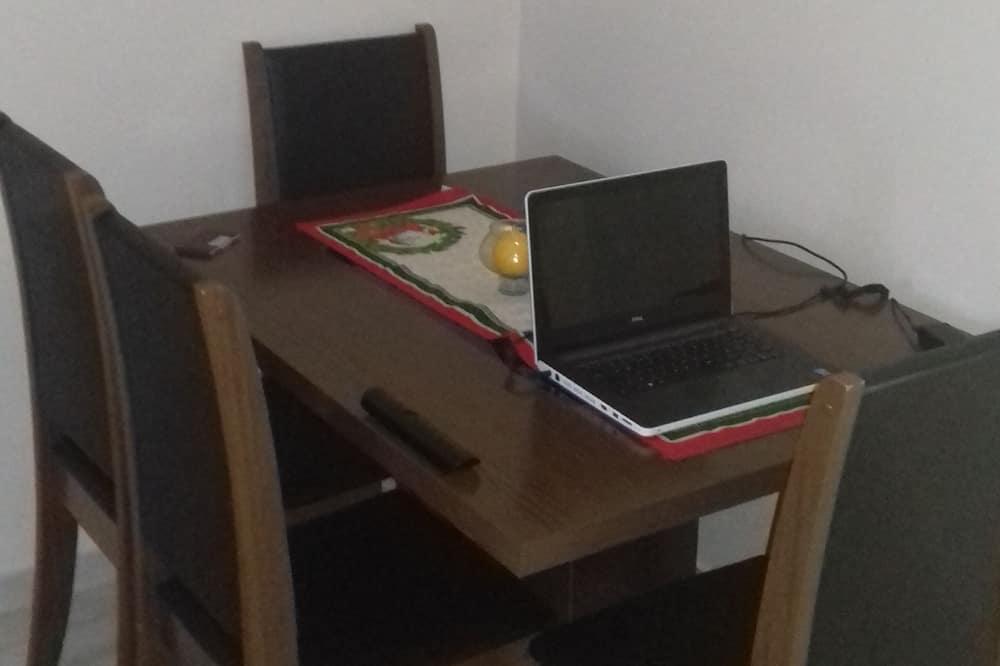Habitación básica, 2 habitaciones - Servicio de comidas en la habitación