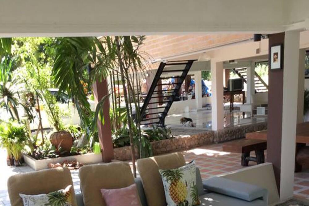 6 Bedrooms Villa - Living Room