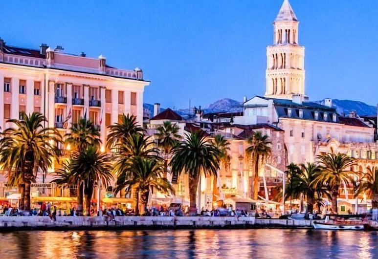 LAURA LUX SUITES, Split, Otelin Önü - Akşam/Gece