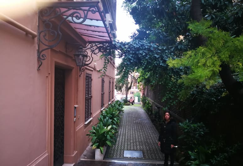 Trastevere luxury house, Rome, Front of property