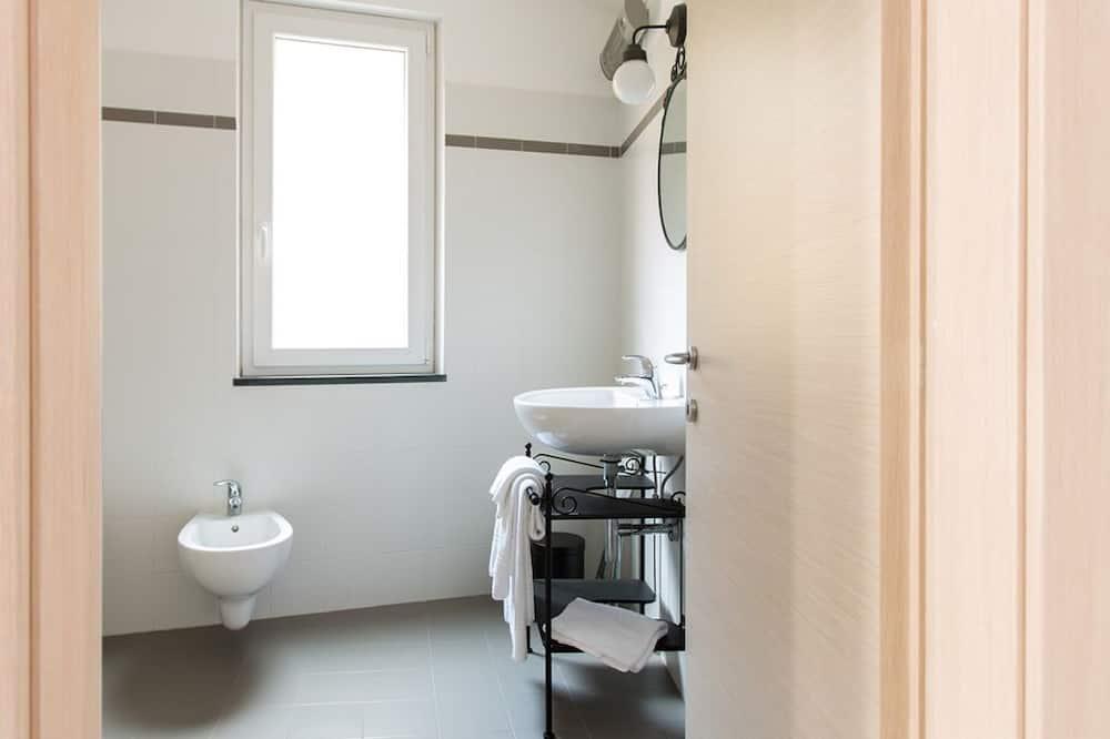 Tek Büyük Yataklı Oda, Teras, Deniz Manzaralı - Banyo