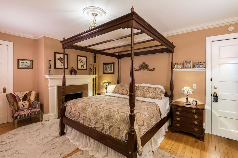 Deluxe Room, 1 King Bed, Fireplace - Street View