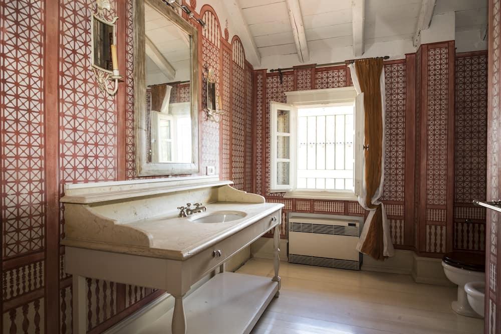 Standard Suite, 1 Queen Bed (Piazza Grande) - Bathroom
