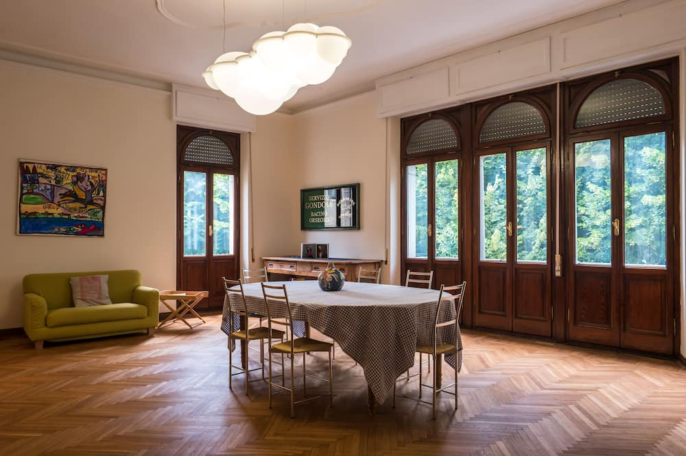 Superior Apartment, 2 Bedrooms - Living Room