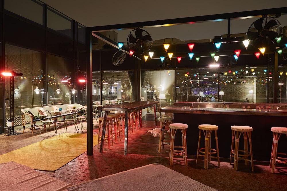 Bar við sundlaugarbakkann