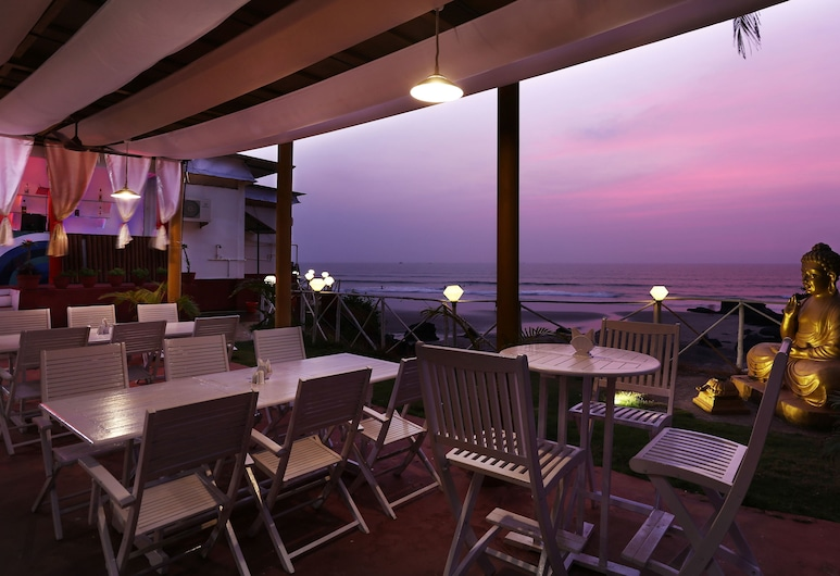 Treebo Trend Maison Ocean Beach Resort, Ashvem, Speisen im Freien