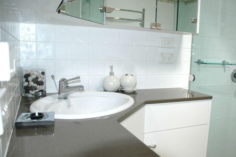 Superior Chalet, 3 Bedrooms, Garden View, Slope side - Bathroom Sink