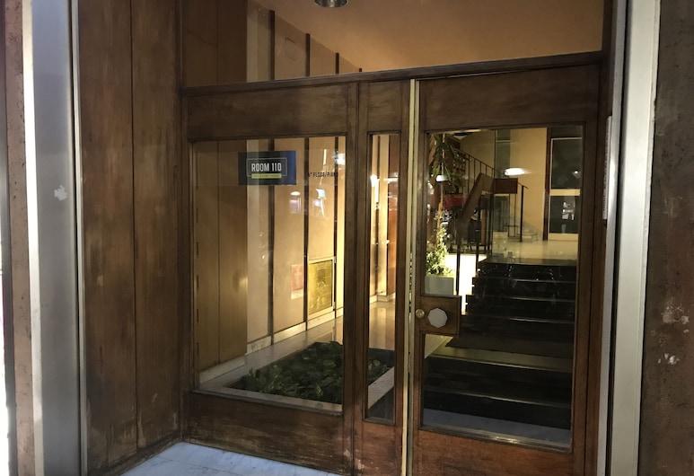 Room 110, בארי, חזית המלון
