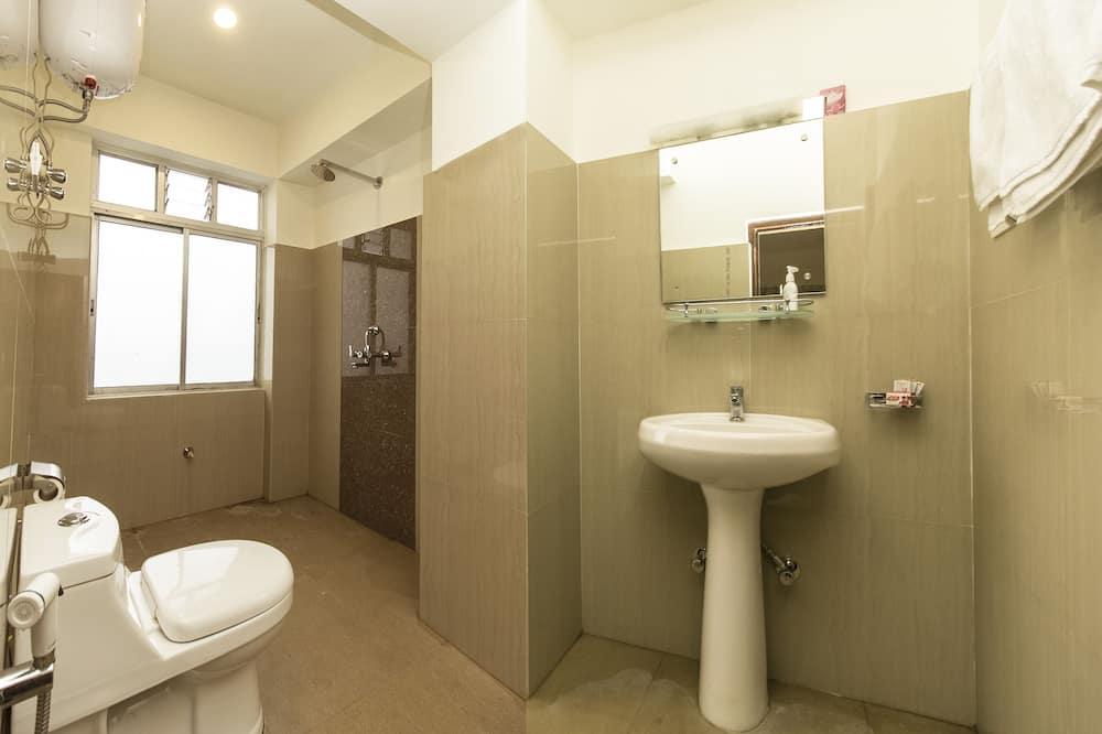 Двухместный номер «Делюкс» с 1 двуспальной кроватью, для курящих, вид на город - Ванная комната