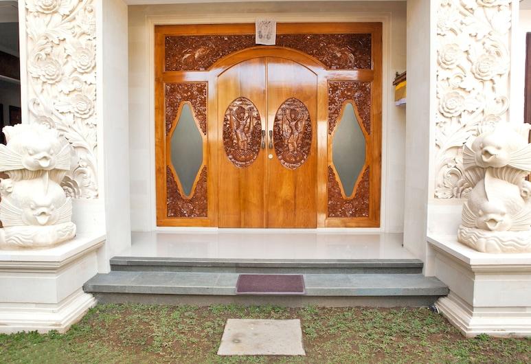 A'Guest House, Kuta, Ingang van hotel