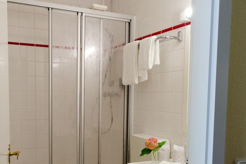 Szoba kétszemélyes ággyal - Zuhanyozó a fürdőszobában