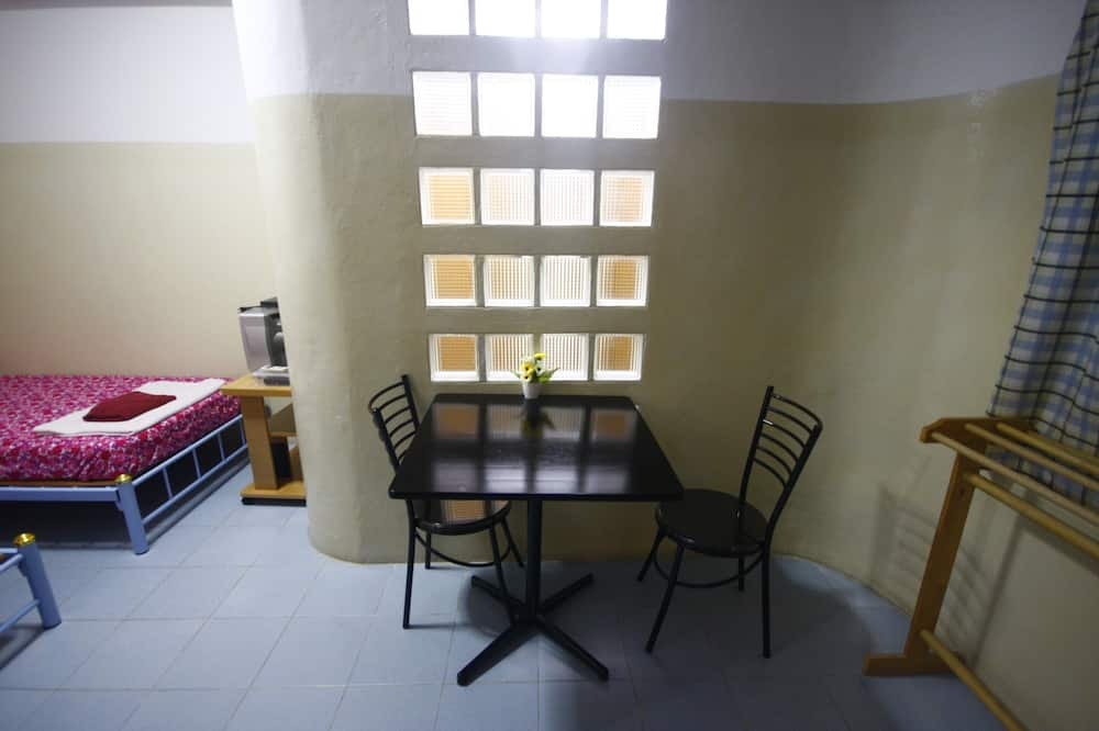 Standard-Zweibettzimmer - Essbereich im Zimmer
