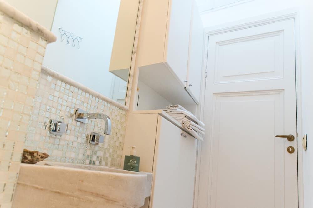 Doppelzimmer, Balkon, Parkblick - Waschbecken im Bad