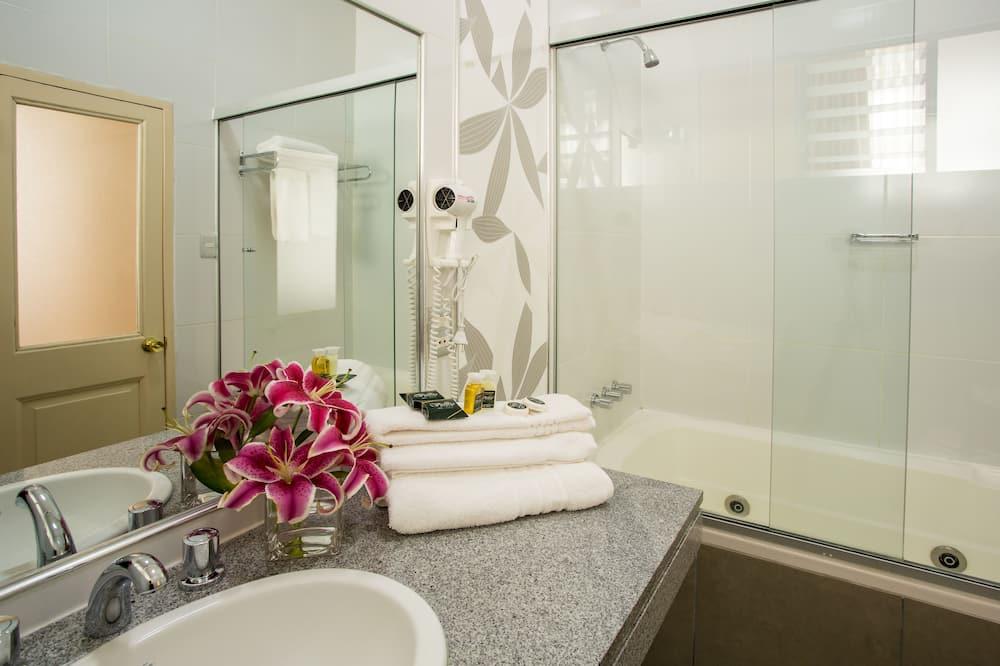 Phòng Suite dành cho gia đình, 1 giường cỡ king và sofa giường - Phòng tắm