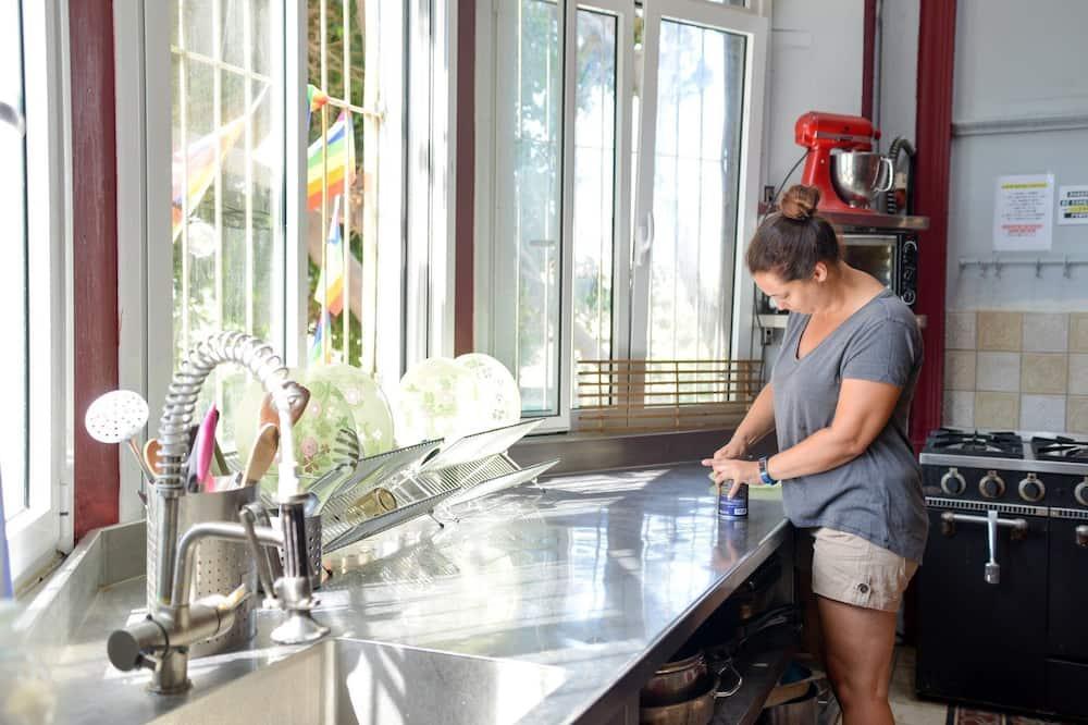 10 Bed Female Dorm - Shared kitchen