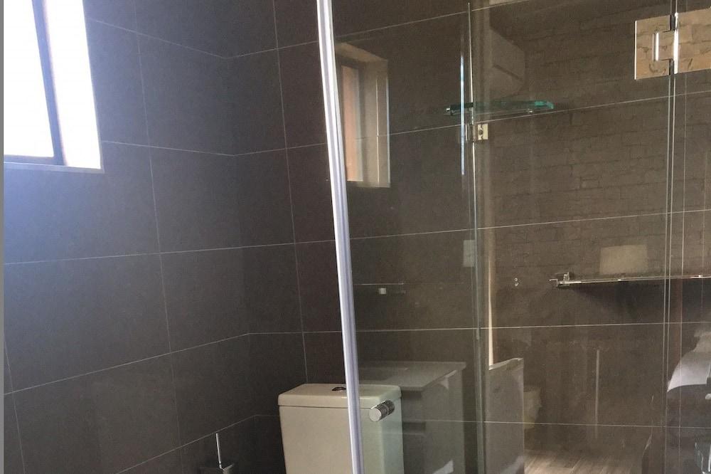 Deluxe Triple - Bathroom