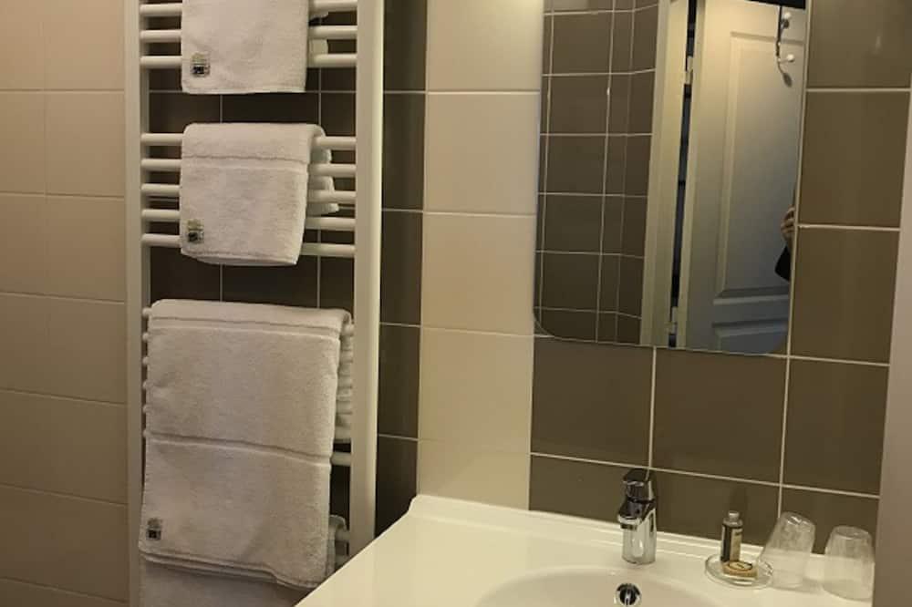 Superior Double Room, Private Bathroom, Garden View (GITES DE FRANCE) - Bathroom