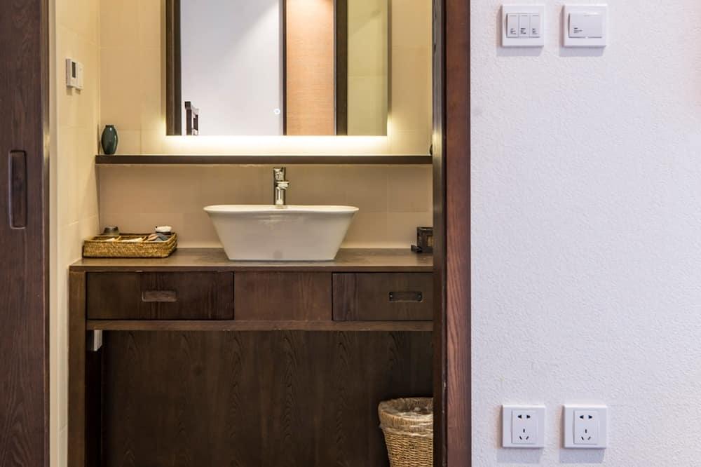 Deluxe Suite (with Courtyard) - Bathroom